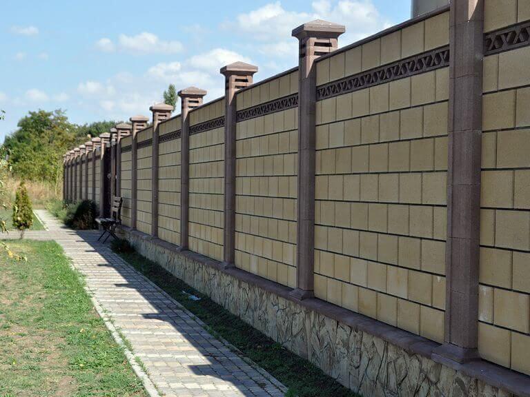 Забор возле дома фото приехали отель